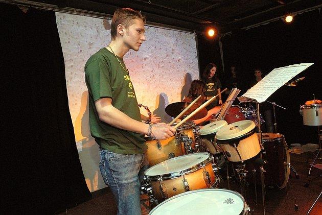 Posluchačům se nejen v etiopských rytmech představily soubor bicích nástrojů ZUŠ Ústí nad Orlicí Co – Bo – Drums a dívčí trio Silver.