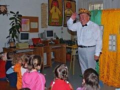 Jan Havel při vystoupení pro děti v Městské knihovně Králíky.