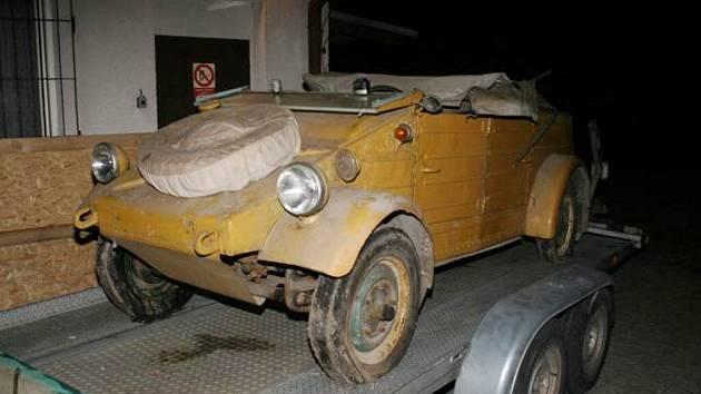 Policie pátrá po ukradeném vojenském historickém automobilu.