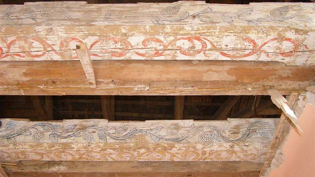 Trámy se zachovalými zbytky původních dekorů objevené při rekonstrukci na Žampachu.