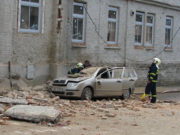 Z budovy bývalé polikliniky v Ústí nad Orlicí se utrhla římsa, zranění byli dva, z toho jeden těžce.