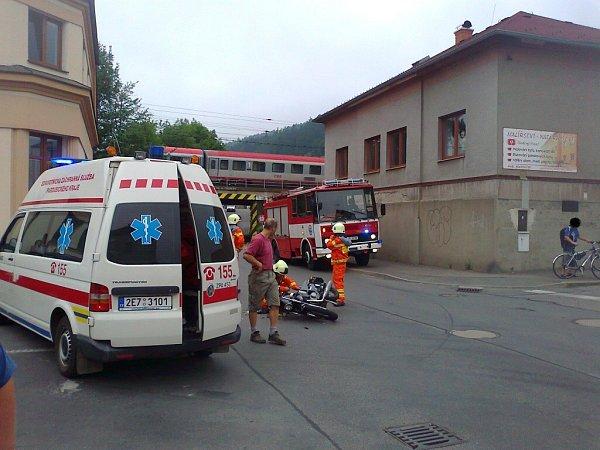 Nehoda auta a motorky vČeské Třebové.