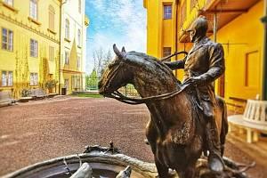 """""""Tak už skoro... I jezdec z kašny vyhlíží návštěvníky a lepší zítřky"""". V pondělí po vynucené pauze otevírá rovněž Státní zámek Slatiňany."""