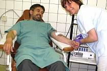 DVANÁCT POLICISTŮ z Orlickoústecka včera dopoledne věnovalo krev v trasfúzní stanici Orlickoústecké nemocnice .