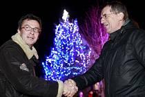 Tomáš Kubín ze společnosti E.ON Česká republika předává úsporné vánoční osvětlení starostovi Boršova nad Vltavou Janu Zemanovi.