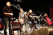 Malá scéna v Ústí nad Orlicí uspořádala benefiční koncert, zároveň byl i oslavou Silvestra. Foto: Lukáš Prokeš