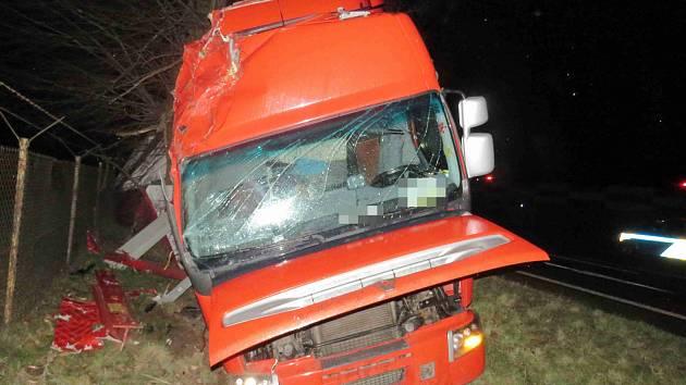 Ve Vysokém Mýtě havaroval kamion.