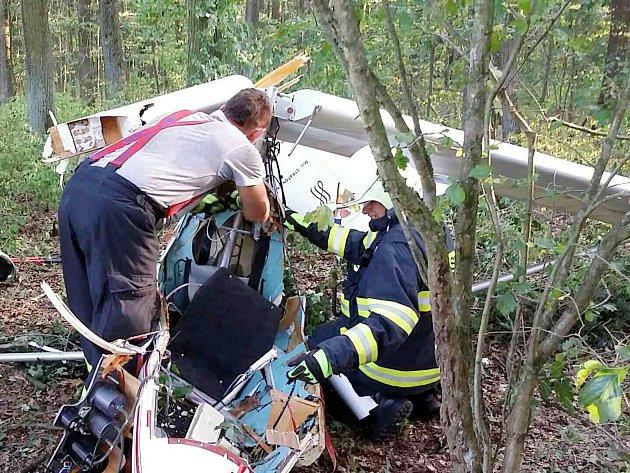 UDvořiska se zřítilo sportovní letadlo, pilot zemřel.