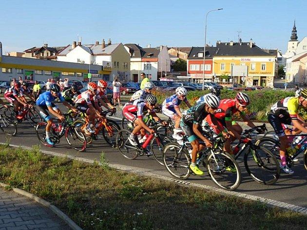 Peloton závodníků projížděl během první etapy hned několikrát přes kruhový objezd v Lanškrouně, kde se diváci měli na co dívat.