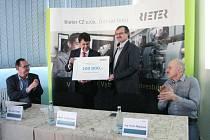 Firma Rieter CZ podpořila částkou 100 tisíc korun projekt Orlickoústecké nemocnice - jícnová echokardiografie.