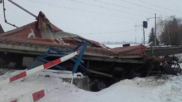 Z nákladního auta, které na Lanškrounsku smetl vlak, zbyl jen vrak.