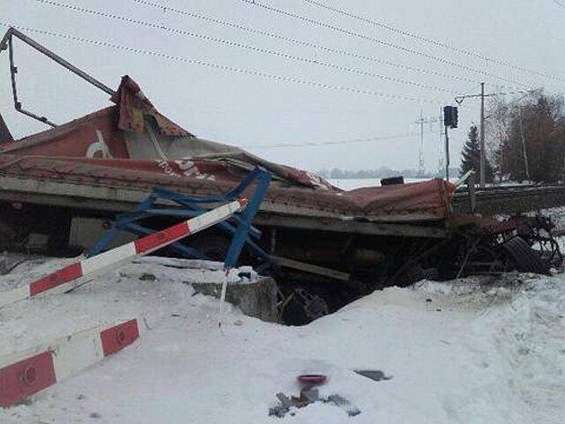 Znákladního auta, které na Lanškrounsku smetl vlak, zbyl jen vrak.