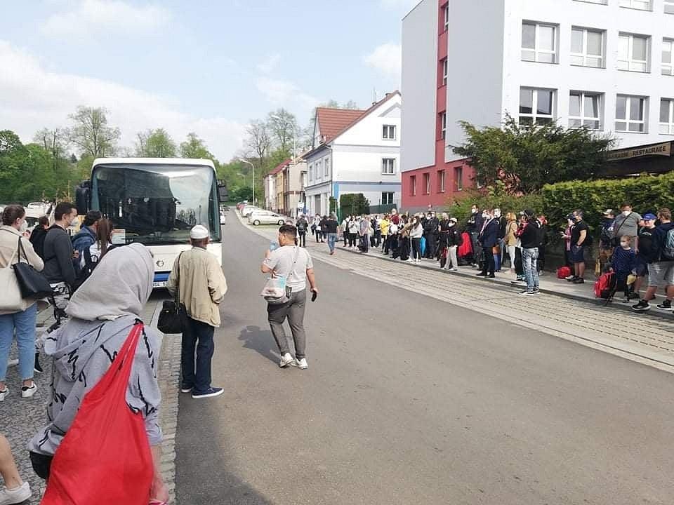 Lidé čekají v Chocni na náhradní autobusovu dopravu kvůli zastaveným vlakům na koridoru.
