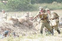 """Vojáci na bitevním poli v """"Blosdorfu"""" na Moravě vystříleli v sobotu dvacet pět tisíc nábojů."""