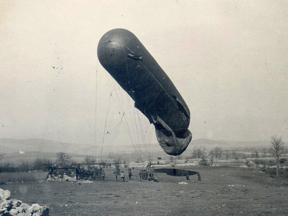 1917. Spouštění upoutaného balonu do výše, blíže obce Volčji Grad.