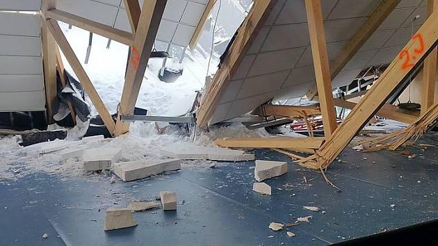 Střecha nové haly Na Skalce se zřítila 14. ledna přímo během florbalového zápasu. Kvůli sněhu to však nebylo. Případ nyní vyšetřuje policie jako obecné ohrožení z nedbalosti.