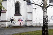 Fasádu kostela Nejsvětější Trojice ve Vysokém Mýtě hyzdí malůvky sprejerů.