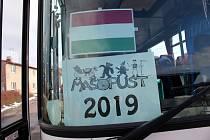 Autobusem od úřadu městyse do místní části Netřeby zvané Maďarsko se vydaly masky během sobotního masopustu v Českých Heřmanicích. Letošním tématem byly lidské rasy a národnostní menšiny, přálo počasí a nechyběla dobrá hudba v podání Choceňačky, jídlo i p