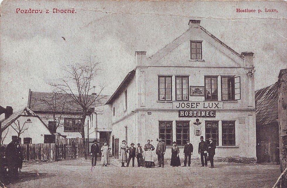 Dobová pohlednice - Hostinec Josefa Luxe na počátku 20. století.