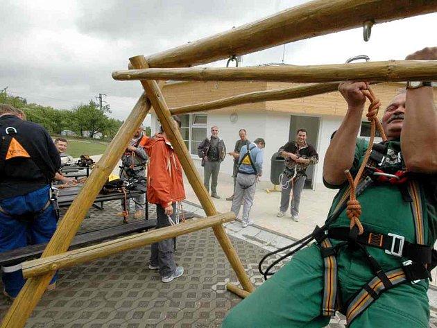 Na snímku jsou pracovníci lanového centra v areálu Peklák v České Třebové.