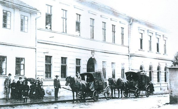 Před kyšperskou poštou vroce 1908.