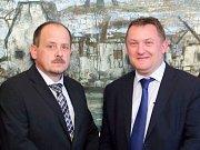 Jaroslav Čada (vlevo) a velvyslanec Slovinské republiky Leon Marc při křtu knihy Dva kamarádi na slovinské ambasádě.