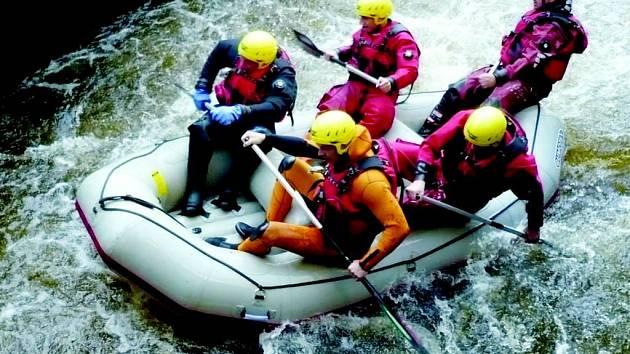 Cvičení na raftu v divoké vodě ve výpusti z elektrárny pod pastvinskou přehradou vyžadovalo od záchranářů maximální soustředění  a nasazení.
