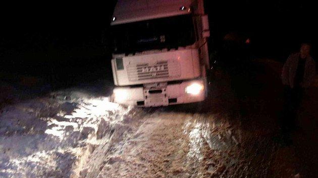 Uvízlé kamiony vHorní Čermné.