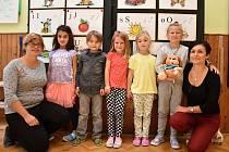 Žáci 1. třídy ze Základní školy České Heřmanice s paní učitelkou Jaroslavou Kafkovou a asistentkou Karolínou Roušarovou.