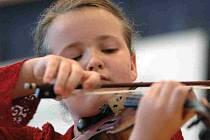 Markéta Nádvorníková ze ZUŠ Police nad Metují zvítězila ve II. kategorii Kocianovy houslové soutěže. Na snímku je mladá houslistka při soutěžním vystoupení.