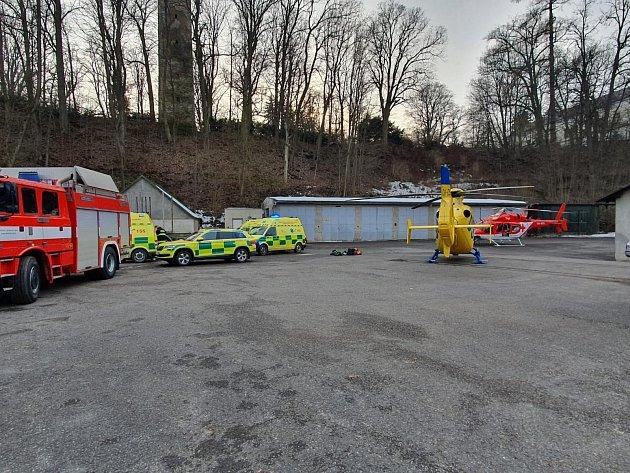 Pod dětmi se uprostřed rybníka probořil led. Na místo vyjely tři jednotky požární ochrany včetně hasičů-potápěčů a také vrtulníky záchranářů.