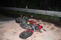 V Jablonném nad Orlicí havaroval motorkář a vážně se zranil.