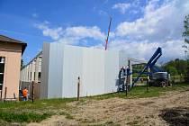 Stavba sportovní haly v Červené Vodě potrvá do konce letošního roku. Na fotografii je aktuální stav.