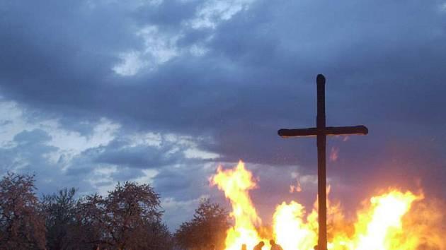 Blížící se noc z 30. dubna na 1. května bývá spojována s tradičním pálením čarodějnic. Jenže hasiči letos kvůli mimořádnému suchu nedoporučují zapalování ohňů v přírodě.