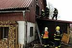 Tři jednotky hasičů zasahovaly v neděli odpoledne u požáru rodinného domu v obci Dolní Hedeč na Králicku.