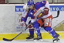Důraz v souboji je v hokeji velmi důležitou součástí. Předvádí to obránce Kohoutů Lukáš Cik.