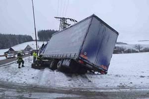Kamion narazil do rodinného domu a poté do trafostanice