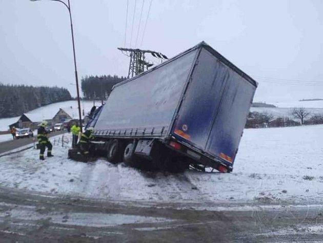 Kamion narazil do rodinného domu a poté do trafostanice, Foto: HZS PK
