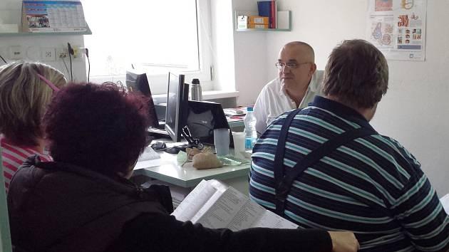 V ordinaci u doktora Leoše Středy.