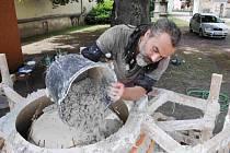 Jak vznikala nová socha -  zvětšenina kávového šálku - do zámeckých zahrad v Lanškrouně.