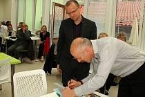 Předseda správní rady fondu a ředitel firmy Kvido Štěpánek předal hejtmanovi Pardubického kraje Martinu Netolickému, který je současně čestným předsedou fondu, šek na 500 tisíc korun.