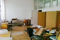 Jako po náletu vypadají některé kanceláře textilky Perla v centru Ústí. K jejich vyklizení dosud nedošlo.