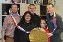Biatlonisté Michal Šlesingr a Ondřej Moravec s autistou Honzou a jeho rodinou.