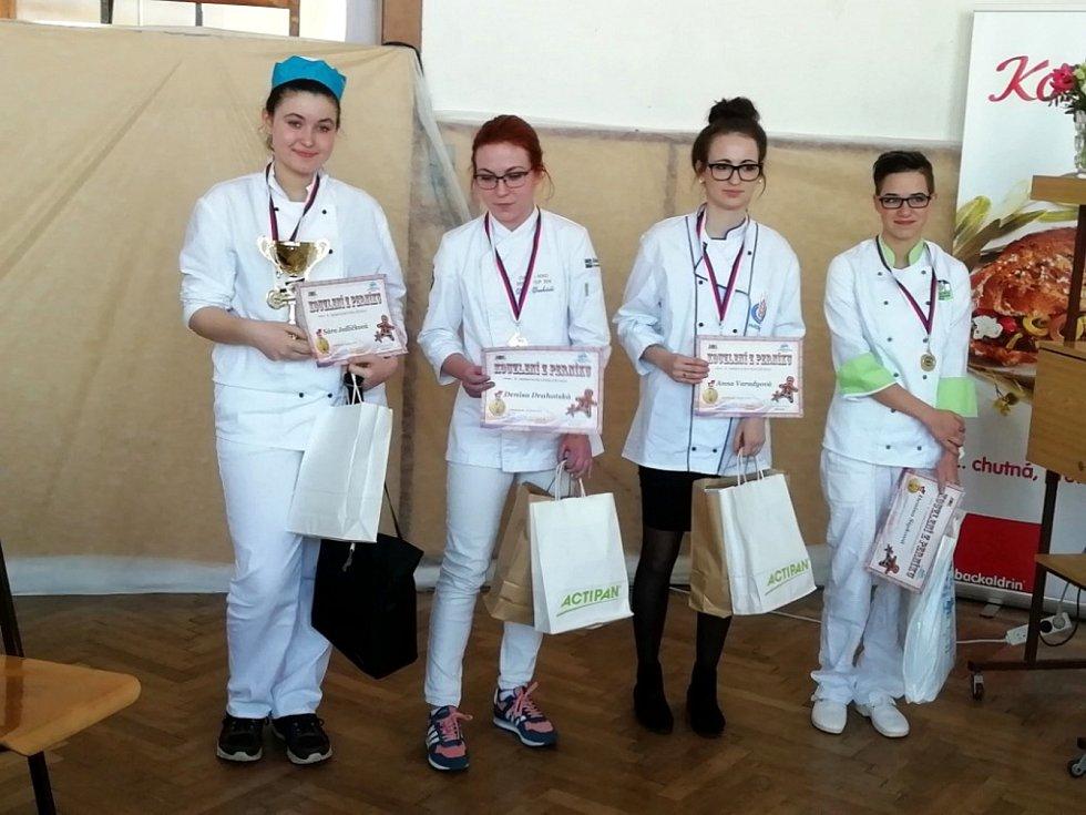 Kouzlení zperníku 2019, to byla cukrářská soutěž v Nové Pace, na níž 21. března soutěžily studentky prvního ročníku Střední školy obchodu, služeb a řemesel v Žamberku.