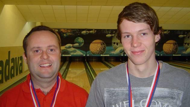 Bowlingový přeborník okresu Pavel Černohous (vlevo) a druhý Lukáš Barvínek