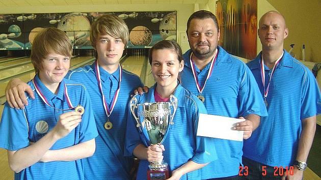 Vítěz třetí bowlingové ligy – TACL team. Zleva Lukáš Barvínek, David Vítek, Petra Jansová, Vladimír Vítek a Luboš Felgr.