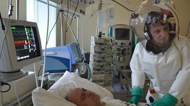 Cvičení v Centru biologické ochrany v Těchoníně. Ukázka pacienta umístěného na jednotce intenzivní péče.