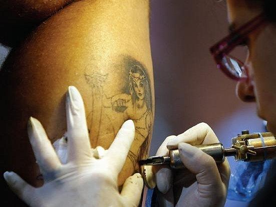 Odstranění tetování je finančně velice náročné. Navíc ho provádí jen malé množství salonů. Odstraňuje se pomocí laseru a samotný zákrok je velice bolestivý. Někdy se stane, že jizvy stejně zůstanou.