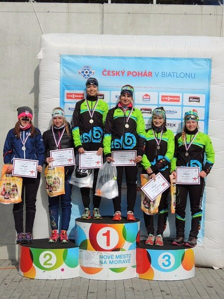 ŠTAFETOVÝ závod dvojic vpodání juniorek byl parádní disciplínou zletohradského pohledu. Výsledkem je první a třetí místo.