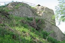 Příkrý svah u hradu se trhá